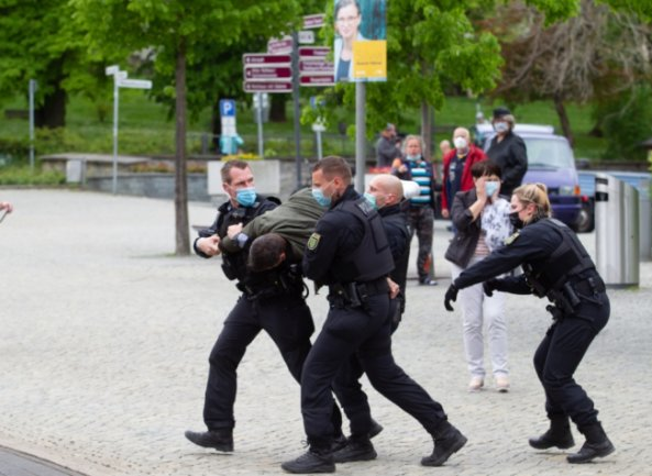 Am Pfingstmontag nahmen Polizeibeamte bei einem nicht genehmigten Aufzug von Gegnern der Corona-Maßnahmen einen jungen Mann fest. Polizeipräsident Lutz Rodig rechtfertigt das Vorgehen seiner Kollegen.