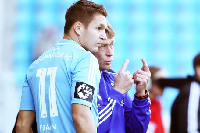 CFC-Trainer Sven Köhler gibt Stürmer Daniel Frahn taktische Anweisungen.
