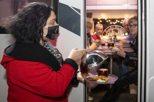 Constance Brosell bringt den Nachtisch für Familie Fischler aus Chemnitz.