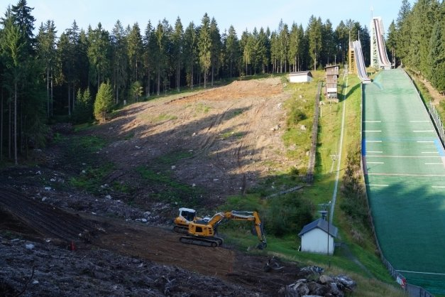 Der VSC Klingenthal will den Standort der Vogtlandschanzen in Mühlleithen um vier Nachwuchsschanzen erweitern. Mit Bagger und Planierraupe hat die Profilierung des Geländes begonnen.