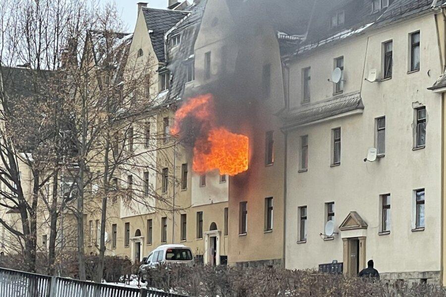 Der Wohnungsbrand in der Hohen Straße gegenüber Netto-Markt in Netzschkau war am Dienstag weithin sichtbar.