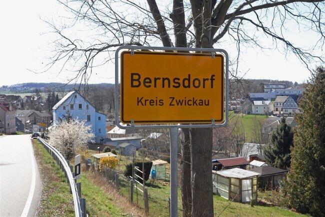In Bernsdorf wurden die ersten Corona-Infektionen im Landkreis Zwickau festgestellt. Am Montag bestätigte das Sozialministerium, dass zwei Personen aus dem Ort an dem Virus gestorben sind. Auch im gesamten Landkreis steigt seit Tagen die Anzahl der Corona-Infizierten an.