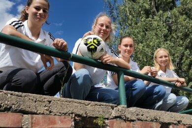 Vier junge Damen geben auf dem Fußballplatz den Ton an: Josephine Kovacs, Theresa Salokat, Pauline Marquardt und Mara Meyer (von links) wurden zu Junior-Coaches ausgebildet.