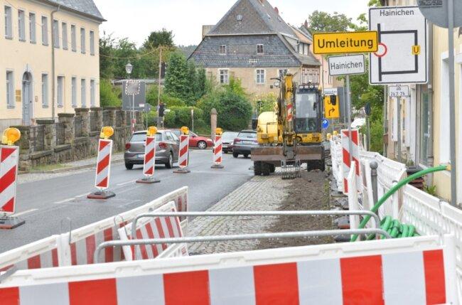 Mit einer Ampelregelung wird der Straßenverkehr an den Baustellen beginnend an der B 173 Ortsdurchfahrt Oederan geregelt, die Arbeiten an der Hainichener Straße dürfen nur Baustellenfahrzeuge passieren.