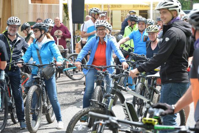 Sachsens Tourismusministerin Barbara Klepsch (CDU) (Mitte) hat am Freitag im Urlauberort Holzhau im Kreis Mittelsachsen zusammen mit Bürgermeistern und Vertretern von Tourismusverband und Landkreis Mittelsachsen die neue Mountainbikeroute Blockline eröffnet.