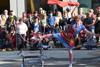 """Sari Mäkelä spielt bei ihrer """"Great Granny Show"""" eine über 90 Jahre alte Frau, die anfangs hüftsteif daherkommt, plötzlich aber fidel und beweglich wie eine junge Frau den Hula-Hoop-Reifen schwingt."""
