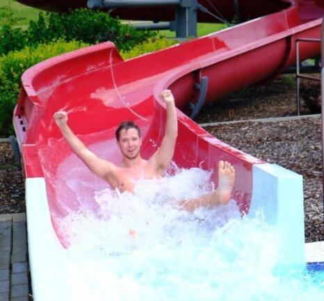Louis Kehl sauste am Samstag im Reichenbacher Freibad mit Schwung in die Saison. Er war einer der ersten Badegäste am Vormittag.
