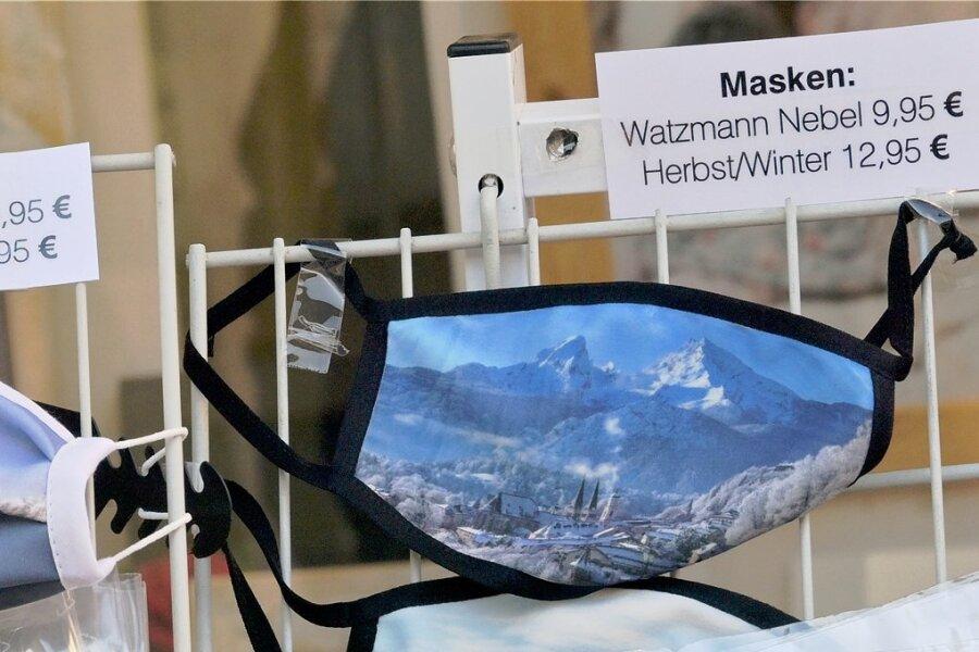 Masken mit dem Watzmann als Motiv, der ein Wahrzeichen des Berchtesgadener Landes ist.