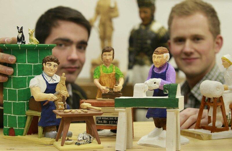 Johannes Düring (links) und Tom Pote vom Schnitzverein haben an den Figuren für mehrere der Schaukästen mitgewirkt.