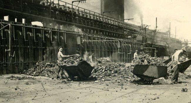Die frühere Koksverladung von Hand war eine schwere und gesundheitsschädliche Arbeit.