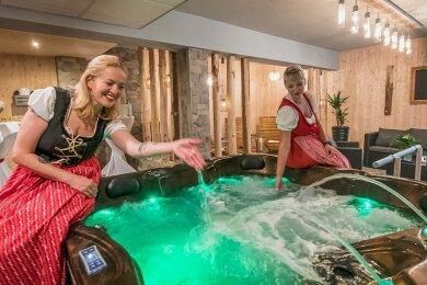 Im Berghotel Drei-Brüder-Höhe feiern die Mitarbeiterinnen Jilina Krchová (l.) und Tereza Fujácková die Eröffnung des neuen Wellnessbereichs.