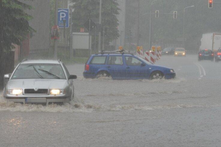 """""""Land unter"""" hieß es am 27. Mai 2014 nach einem Starkregen in Freiberg auf der Beethovenstraße in Richtung Leipziger Straße. Ein unterirdischer Stauraumkanal soll hier künftig Überflutungen verhindern."""