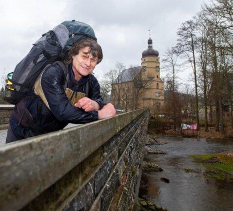 Seit 20 Jahren wandert Thomas Schädlich. Im Bild steht er in Kürbitz auf der Brücke über die Weiße Elster.