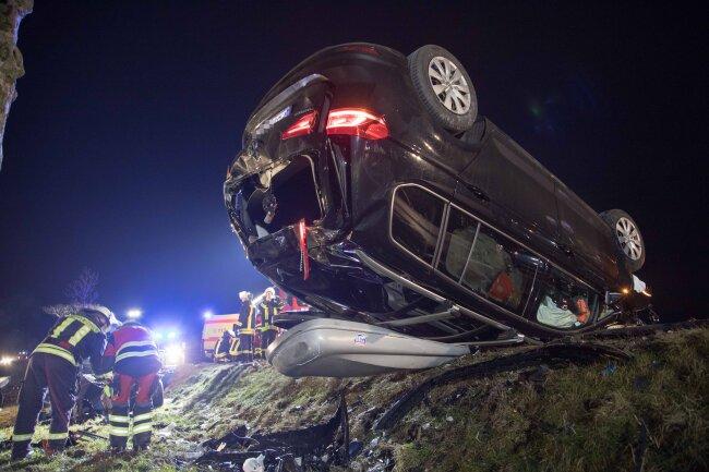 Ein Auto hat sich bei dem Unfall überschlagen.