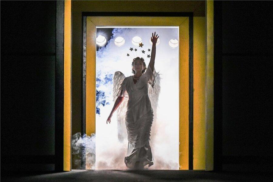 """Ein großer Theatererfolg von Herbert Olschok am Schauspiel Chemnitz war zuletzt seine Inszenierung der Komödie """"Glorious! Die wahre Geschichte der Florence Foster Jenkins"""" mit Katka Kurze in der Hauptrolle."""