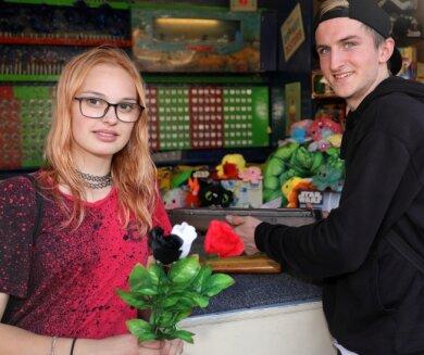 Kevin Boll aus Aue schoss und schenkte Daniela Scherner aus Schwarzenberg drei Rosen (links). Rasant ging es beim Breakdance zu (rechts).