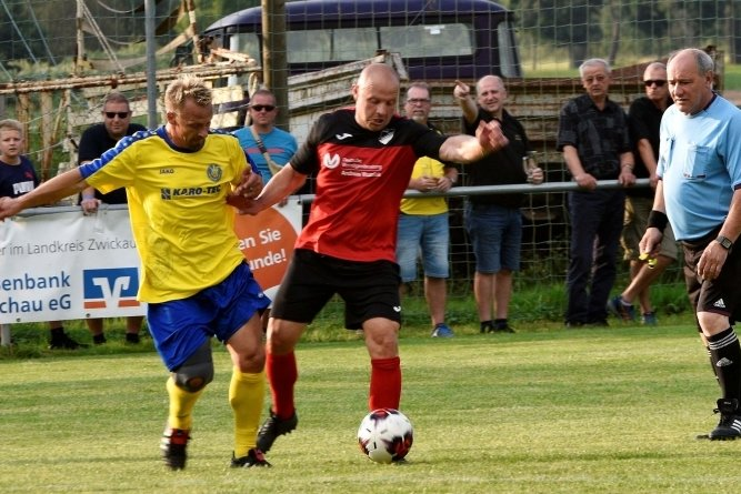 Die Leipziger ließen weder Sven Wagner (r.) noch seinen Mitspielern vom SV Lok Glauchau/Niederlungwitz viel Platz.
