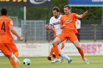 Florian Ballas (rechts, hier im Duell mit Magdeburgs Christian Beck) trifft am morgigen Samstag auf seinen Ex-Club.