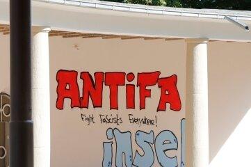 """Unbekannte haben mit Farbe """"Antifa-Insel"""" und """"Fight Fascists Every-where!"""" an die Innenwand des Pavillons geschrieben."""