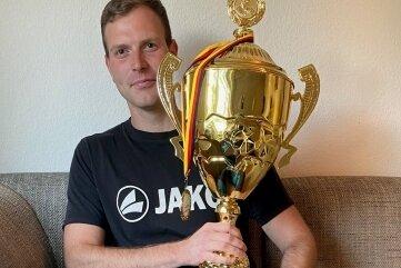 Den Pokal will Peter Kaspereit am liebsten nicht mehr loslassen.