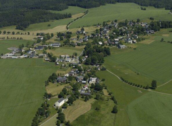 """In Landwüst werden beim Glasfaserausbau für """"weiße Flecken"""" der Neubau (im Bild unten) und das Oberdorf (im Bild rechts oben) ab Vogtländischem Freilichtmuseum erfasst, nicht aber die vielen Häuser dazwischen."""