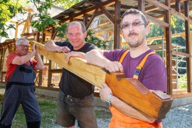 Marco Döbel, Jörg Gemeinhardt und Siegfried Morgner (von rechts) packen kräftig an: Alle Teile der ehemaligen Wartehalle werden aufgearbeitet. Vieles muss erneuert werden, darunter auch die Dachsparren.