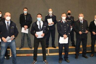 Diese Feuerwehrmänner aus Pausa, Ranspach, Mühltroff, Thierbach und Ebersgrün wurden in der jüngsten Stadtratssitzung für ihren langjährigen ehrenamtlichen Dienst ausgezeichnet. Die übliche Auszeichnungsfeier des Landkreises war wegen Corona ausgefallen.