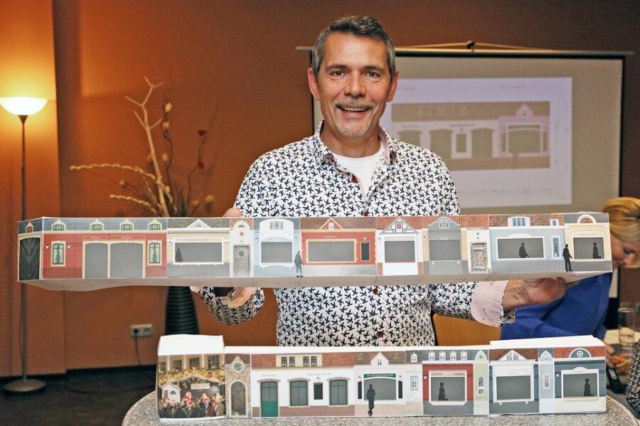 Matthias Rose, Märktechef der Kultour Z., präsentiert ein Modell der Buden im Gründerzeitstil, die im Domhof aufgestellt werden.