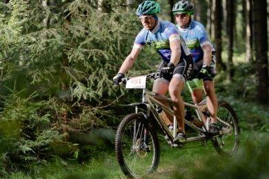 Nico Fiedler (vorn) und Andy Jost vom Team Gassenlauf Großrückerswalde absolvierten 46 Kilometer als einzige auf dem Tandem. Eine Trinkpause aber verweigerte der Mountainbike-Steuermann seinem Co-Piloten.