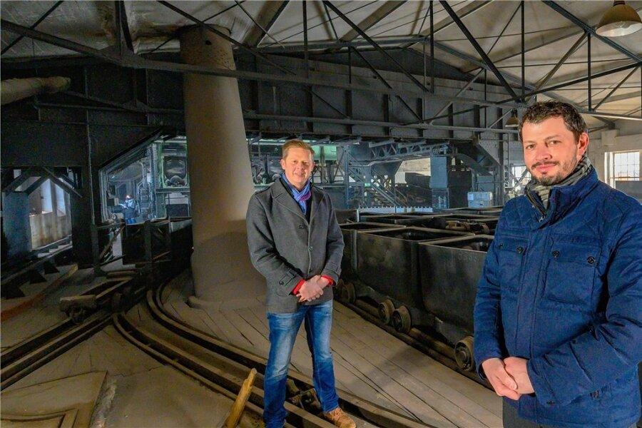 Vor einem Jahr ist mit den Sanierungs- und Umbauarbeiten im Bergbaumuseum Oelsnitz begonnen worden. Projektleiter Matthias Meyer und Museumschef Jan Färber (v. l.) sind mittlerweile ein eingespieltes Team.