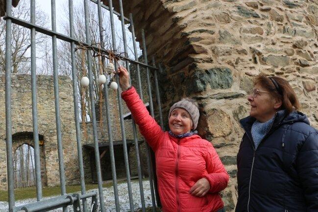 Burgsteinruine mit Ostergruß