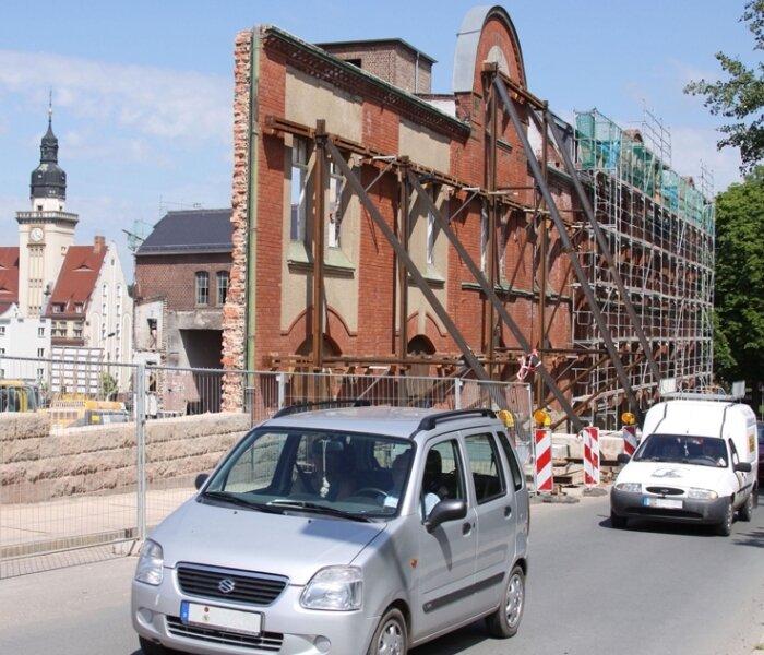 Von der einstigen Werdauer Maschinenfabrik stehen an der Uhlandstraße nur noch die Außenmauern, die aufwändig abgestützt sind.