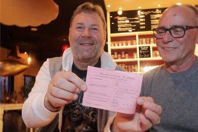 Uwe Riedel (links) und Burkhard Laudel spielten am 12. November 1989 spontan mit der Band Minimax in Hof. Bereits am 10. November reisten sie mit einem Passierschein (Foto) zu einem Auftritt ins Grenzgebiet nach Bobenneukirchen.