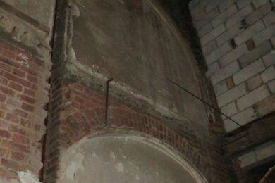 Einer der beiden Bögen der früheren Rathaus-Wandelhalle, die bisher im Verborgenen waren. Derzeit ist noch unklar, ob und wie dieses Mauerwerk in die Neugestaltung integriert werden kann.
