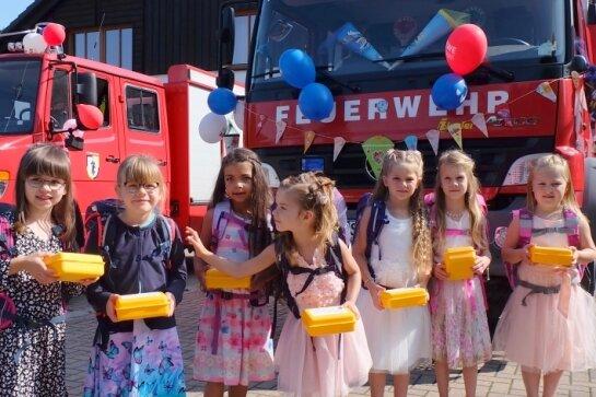 Feuerwehr fährt die Mädchen