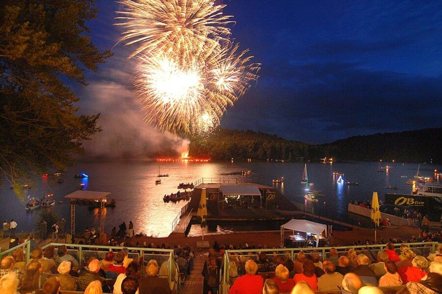 Das Feuerwerk am Samstagabend, hier der Blick über die Seebühne auf den Stausee, ist einer der Höhepunkte des Talsperrenfestes in Kriebstein.