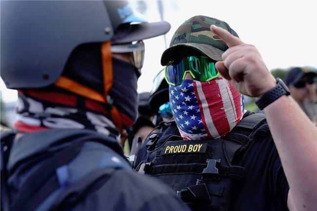 """Ein rechter Demonstrant der """"Proud Boys"""" (r.) diskutiert mit einem Gegendemonstranten, während einer Kundgebung in Portland am vergangenen Wochenende."""