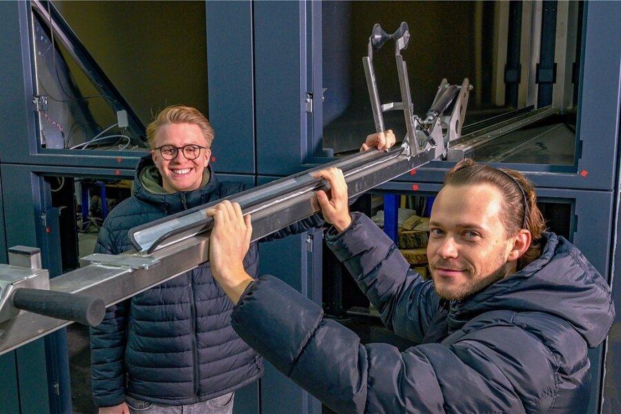 Die Gründer Patrick Rabe (links) und Steve Winter vor dem Rohbau eines Fahrradabstellcontainers.