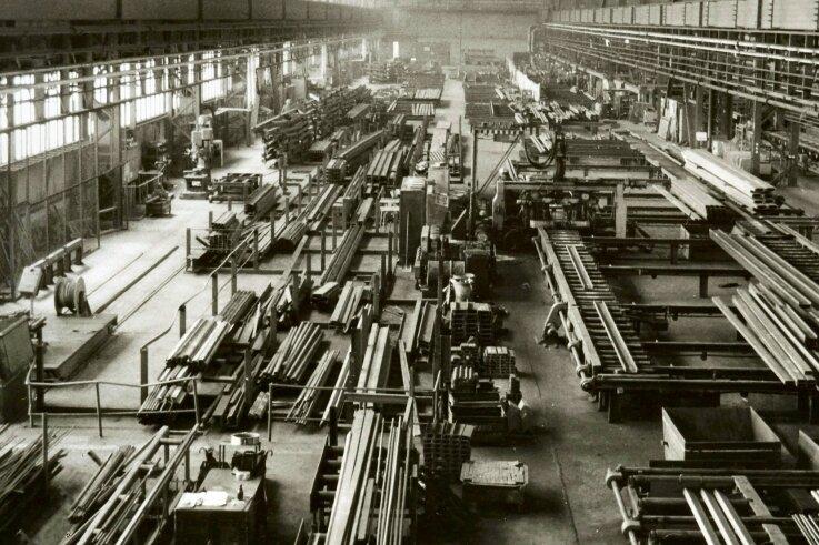 Blick in die Fertigungshalle für Stahlkonstruktionen des Metallleichtbaukombinates Plauen (Werkteil III) im Jahr 1978.