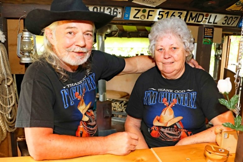 Winfried und Angelika Schaal haben sich auf ihrem Grundstück einen kleinen Saloon eingerichtet.