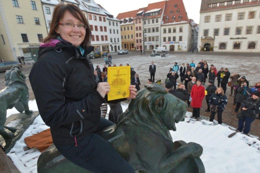 """Nach erfolgreicher Promotion: Dr. Constance Bornkampf 2013 beim traditionellen """"Löwenritt"""" auf dem Obermarkt. Heute ist sie Alumnibeauftragte der TU; sie kümmert sich um die Absolventen."""