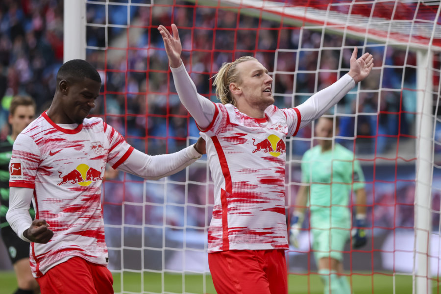 Leipzigs Emil Forsberg (r) jubelt mit Nordi Mukiele nach seinem Treffer zum 2:1 per Elfmeter.