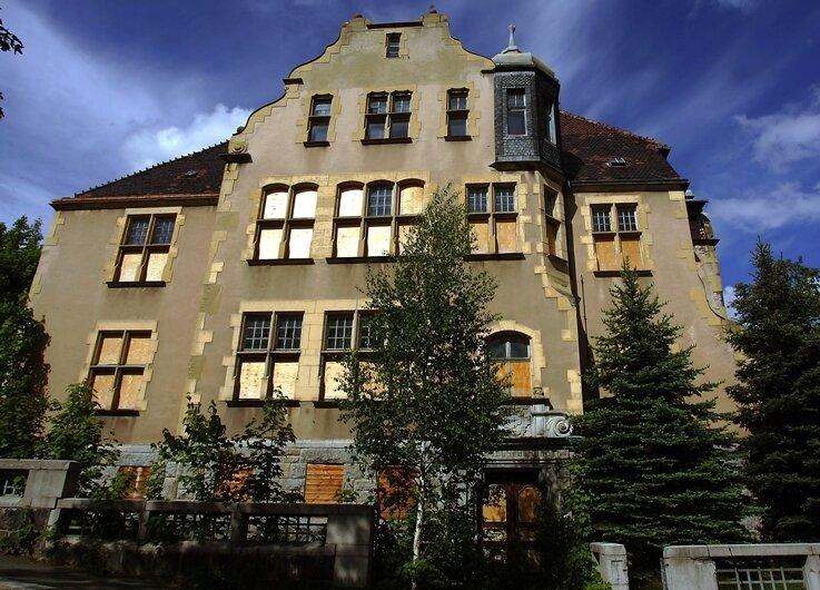 Bietet einen jämmerlichen Anblick: die alte Handelsschule an der Kantstraße in Aue. Die Stadt denkt bereits über Abriss nach.