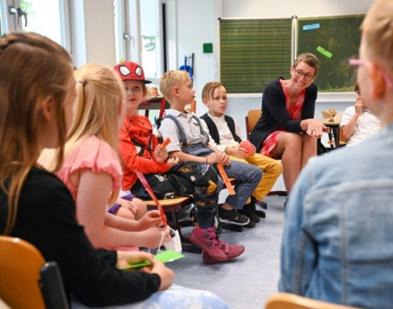 Klassenleiterin Susan Liebermann begrüßte die Klasse 1a der neuen Kooperationsschule Chemnitz im Nebengebäude der Comeniusschule in Altchemnitz. Dort ist die Bildungseinrichtung vorübergehend untergebracht. Im Winter soll sie an die Jakobstraße ziehen.