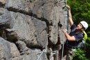 """Peter Weber gehörte gestern zu den Ersten, die den neuen Klettersteig ausprobiert haben. Er ging die Route """"Wolkensteiner Hag"""", hier im Bild befindet er sich an einer Schlüsselstelle kurz vor dem Ausstieg."""