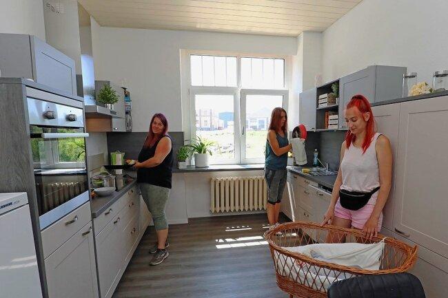 Saskia Kantwerk, Sina Busemann und Alexandra Block (von rechts) freuen sich über die neue Küche. Der Kauf wurde durch zahlreiche Spenden möglich.