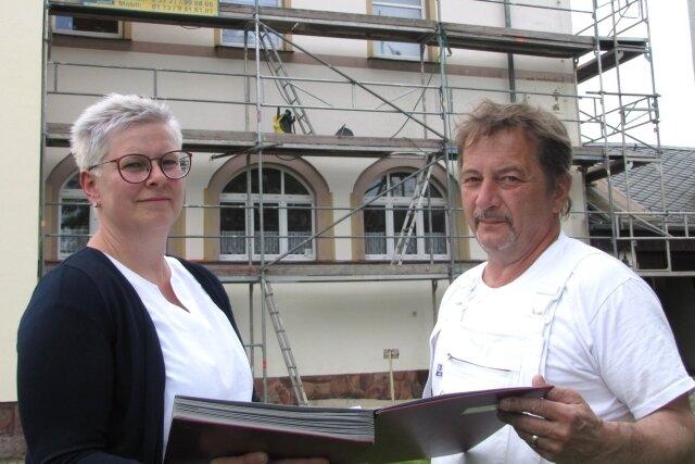BGV-Chefin Claudia Rentzsch verständigt sich mit Claus Benedix vom Malerbetrieb Ibisch über die anstehenden Arbeiten.