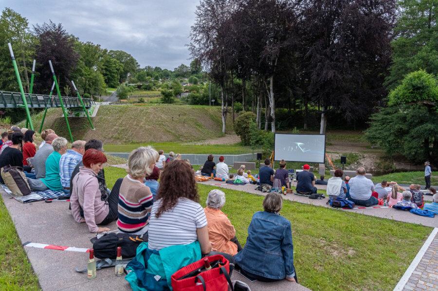 Am Fuß der frisch eingeweihten Brücke in Rodewisch schauten sich am Samstag gut 100 Gäste einen Film an. Es soll nicht die letzte Gelegenheit gewesen sein.