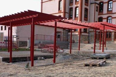 Noch ist der Hof der Glückauf-Grundschule eine Baustelle, aber ein Ende der Arbeiten ist in Sicht. Die Pergola soll später als Sonnenschutz genutzt werden, auch neue Spielmöglichkeiten wurden geschaffen.