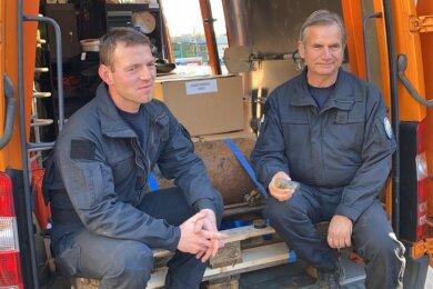 Sprengmeister Jörg Lange (rechts) mit Zünder in der Hand, neben ihm Kai Petrich, Sprengmeister in Ausbildung.